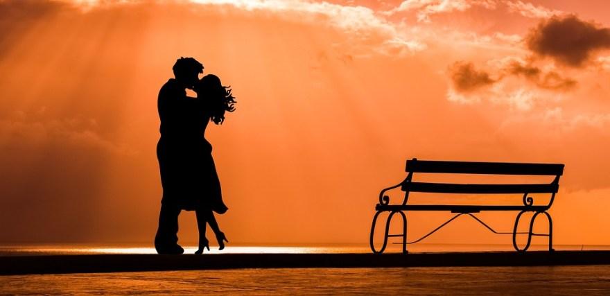 カップル, ロマンス, 愛, キス, 雰囲気を好む人, ベンチ, 日没, 夕暮れ, 自然, 空, シルエット