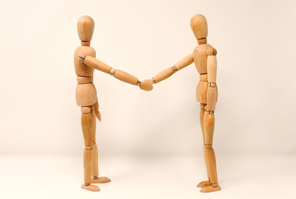 holding hands 3139604 960 720 - 結婚式場の会費制プランより会費婚を通した方が安くなる理由
