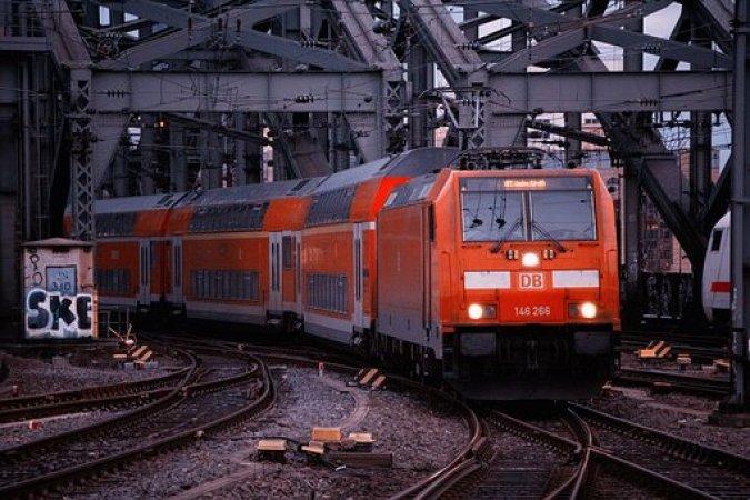 Tren, Demiryolu, Taşıma Sistemi, Motorlu Trenin Tarihçesi