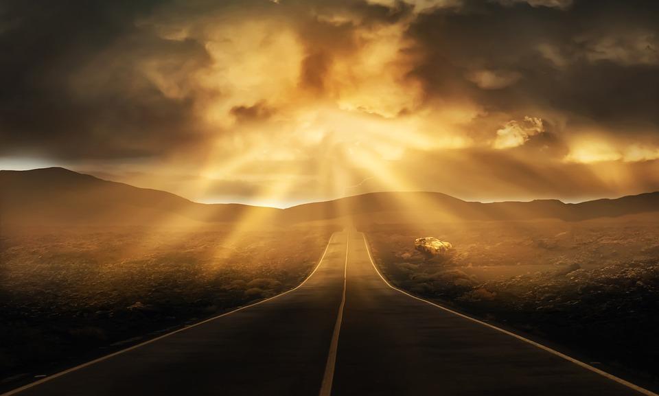 Una carretera recta que se pierde en el horizonte bajo un cielo lleno de nubes del que emergen algunos rayos de sol creando una aura celestial  DarkmoonArt_de  https://i2.wp.com/cdn.pixabay.com/photo/2018/06/16/16/17/road-3478977_960_720.jpg?w=1170&ssl=1