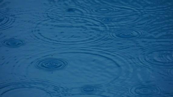 プール, 雨, 水の表面, 背景, パターン, 青, 暗澹たる, 雨滴, 円, 点滴, スイミング プール