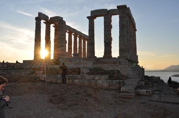 fotografía de la puesta de sol en las ruinas del templo de Poseidon en Sounion (Grecia), del que se conserva la mayor parte de la columnata. https://pixabay.com/es/photos/poseidon-templo-sounion-grecia-4763405/ fotografía de https://pixabay.com/es/users/nicolas_meletiou-14026094/