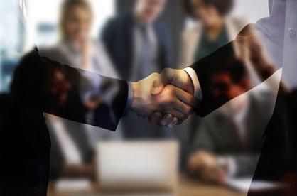 Händedruck, Handschlag, Vereinbarung und schnelles Kreditangebot.