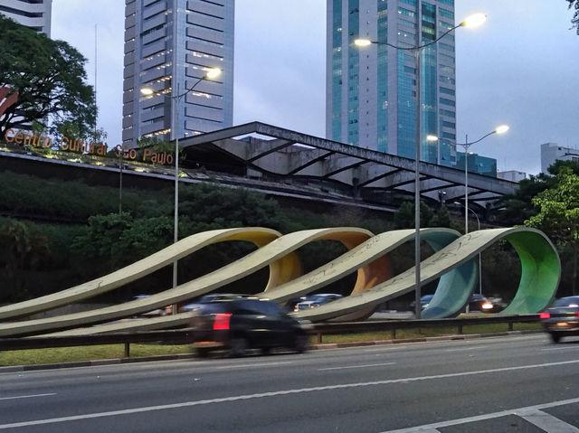 Esta obra de Tomie Ohtake lembra as 4 primeiras gerações japonesas que criaram raízes no Brasil desde o início do século XX. A peça é de 1998.