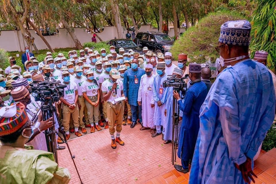 Buhari with the corps members