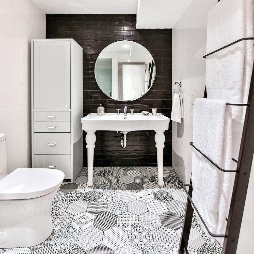 salle de bain chic en noir et blanc je decore