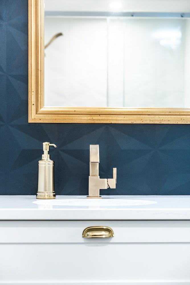 touche de bleu dans la salle de bain