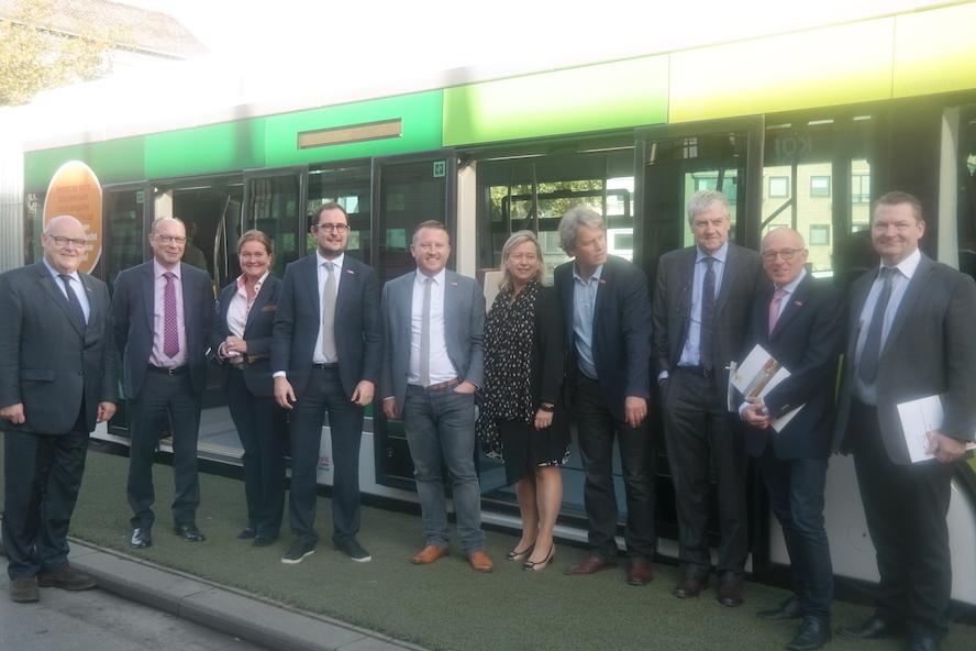 De Lijn en Stad Kortrijk testen de Trambus naar aanleiding van Busworld
