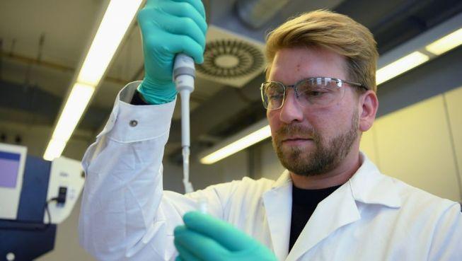 Curevac-Mitarbeiter bei der Laborarbeit