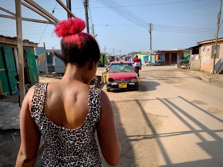ريجينا نيتي في منطقتها السكنية.  لقد كانت تفتيح بشرتها بانتظام لمدة خمس سنوات ، أملاً في حياة أفضل