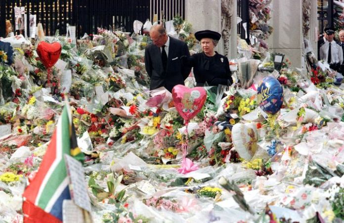 Queen Elizabeth, Prince Philip, in front of Buckingham Palace in 1997, after Diana's death: The fact that the royals only returned late from Scotland to London, the center of mourning, was heavily criticized