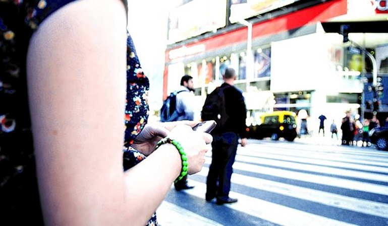 Multa a un peatón por cruzar mirando el móvil