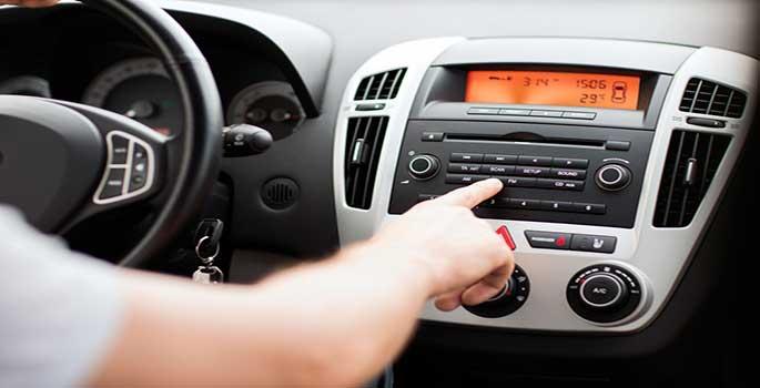 El nuevo riesgo de los conductores en multas: poner la radio