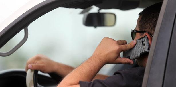 El juez anula una multa por hablar por el móvil mientras conducía