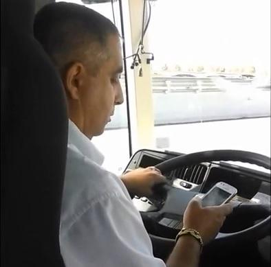 Un conductor de autobús pillado al WhatsApp conduciendo