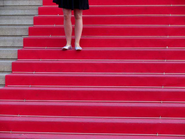 tapis rouge sur les escaliers