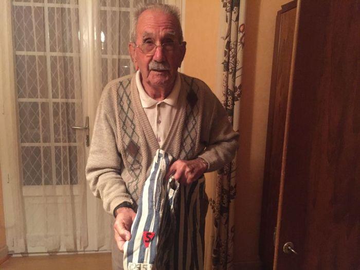 Vincent Garcia a gardé son pantalon de déporté, tenue obligatoire dans le camp de Buchenwald - Radio France