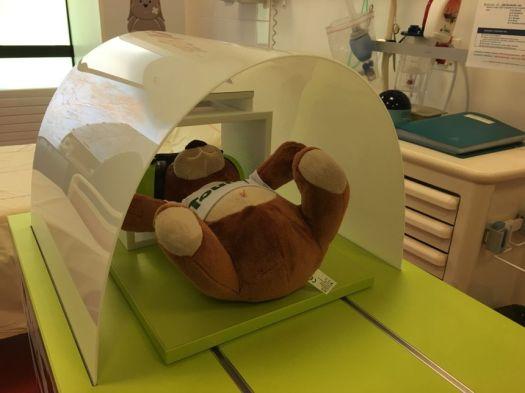 Toudou passe une IRM ! le petit patient participe à la démonstration de l'examen qu'il va ensuite subir - Radio France