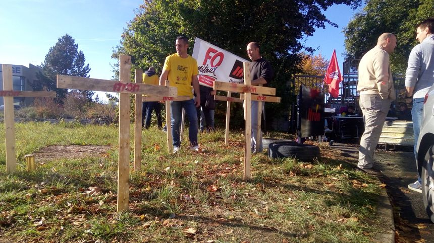 Les salariés avaient installé des croix pour symboliser la mort de leur usine, prévue pour 2020 - Radio France