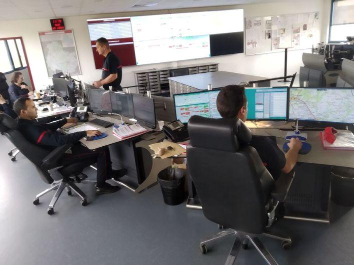 """Les pompiers mobilisent les """"bons samaritains"""" depuis le centre de traitement des alertes du CODIS - Radio France"""