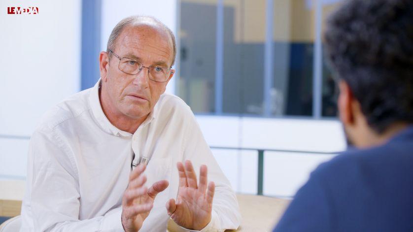 Denis Robert ainsi que Mathias Enthoven, rédacteur en chef du pôle numérique du Média, ont interrogé Etienne Chouard sur certaines de ses prises de positions.