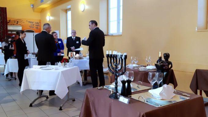 Ief Vanhonnacker, le nouveau champion du monde des maîtres d'hôtel pendant l'épreuve de mise en place de la table - Radio France