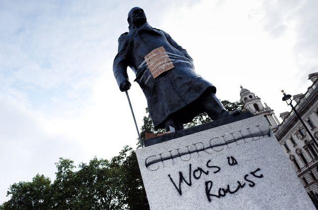 La statue de Winston Churchill à Londres, taguée lors de manifestations contre le racisme le 7 juin