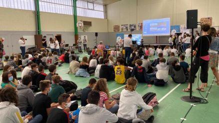 Les élèves attendent la connexion avec la station spatiale internationale