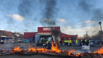 Les salariés de Carambar brûlent des palettes devant leur usine à Marcq-en-Baroeul