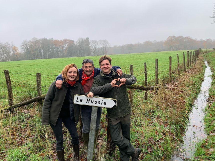 """Kathleen et Grégoire devant le panneau du lieu-dit """"La Russie"""", pays de destination du couple"""