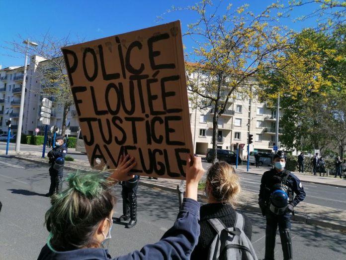 Des pancartes brandies devant le commissariat central de Montpellier où Emmanuel Macron est en visite