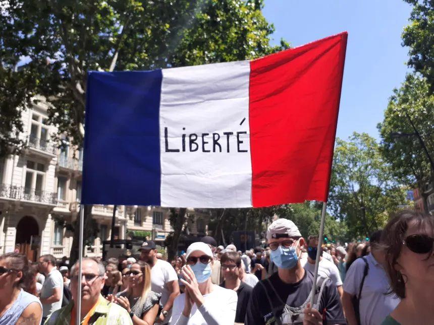 Plusieurs milliers de personnes défilent dans les rues de Toulouse contre le pass sanitaire ce samedi 17 juillet.