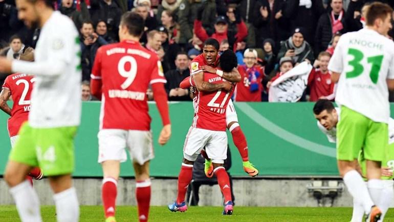 Golo solitário de Douglas Costa coloca Bayern nos 'quartos' da Taça