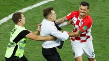 Dupla invasão de campo na final do Mundial valeu fúria de Lovren