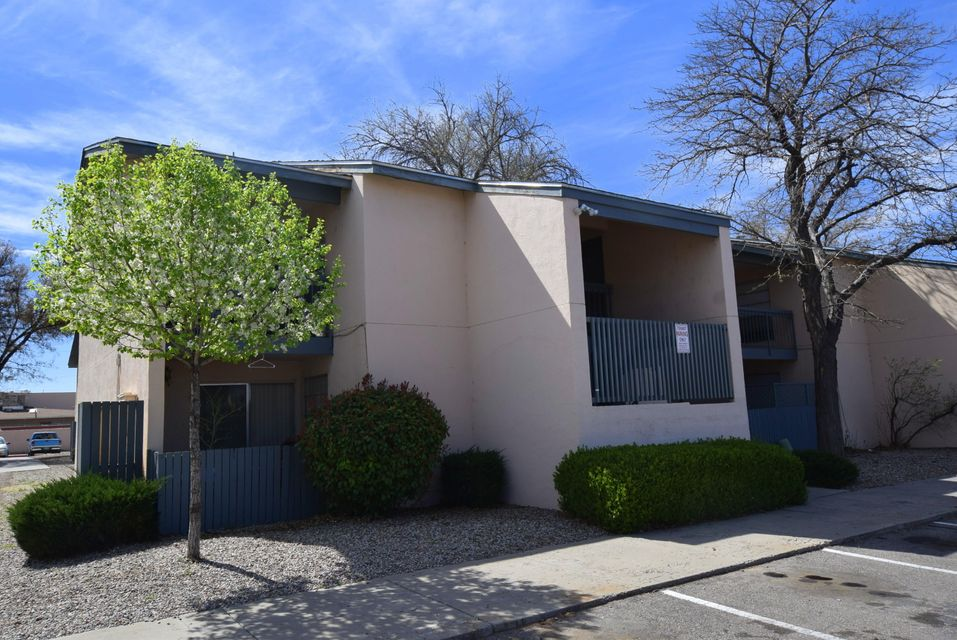Excellent condo on the main level. Nice size 2 bedroom unit. Open floor plan with lots light. Cute as a button.  Close to freeway that you can jump on and be any where in minutes....Such as UNM, for students or quick access to the Sunport. Come see today!