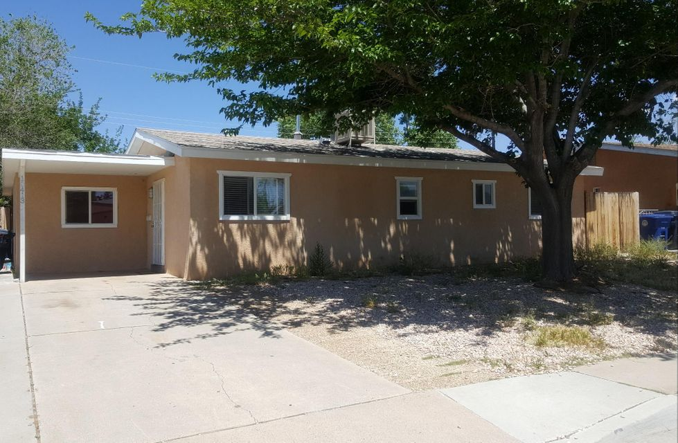 This little gem just needs a little TLC! Located in a great neighborhood and is a perfect starter home. Show it it will sell!