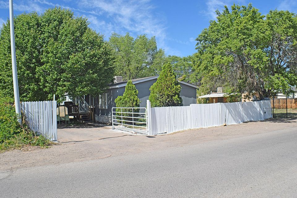 This is a great home for the price!! Located in the heart of Los Lunas close to shopping, schools and restaurants!!