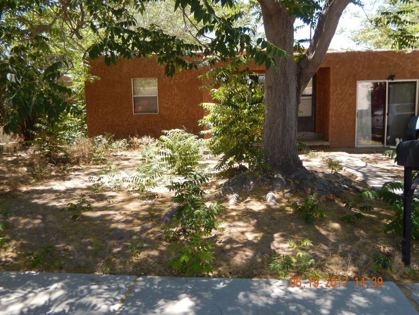 Cozy home conveniently located near UNM, Kirtland AFB Base, Downtown & Nob Hill.2 living areas, wood floors. Fresh paint & large backyard.Ready for the new owner!