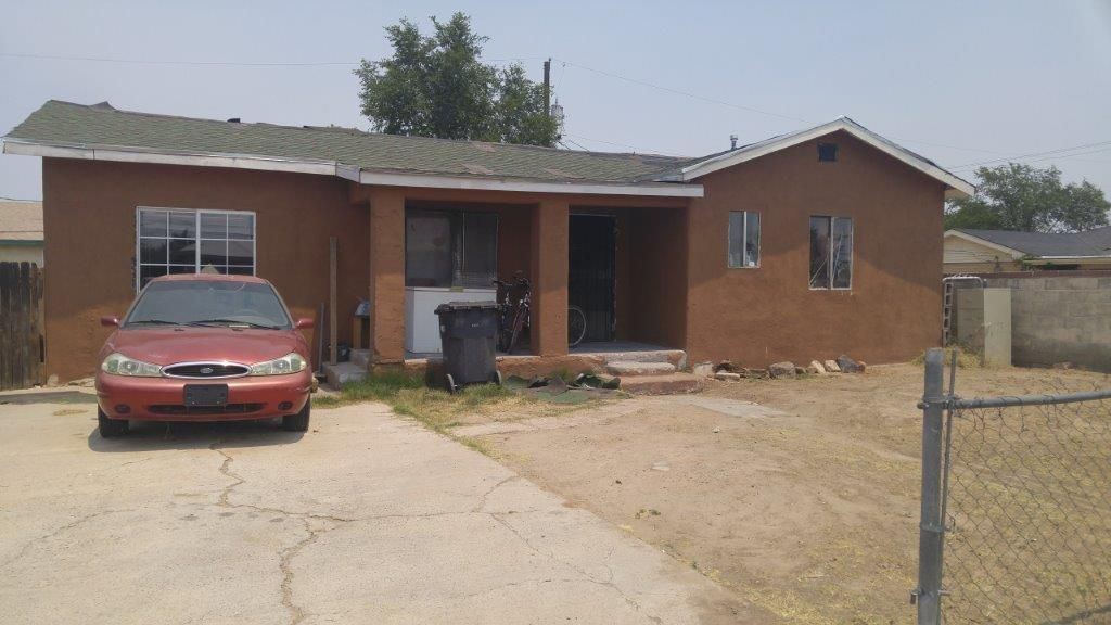 Investors, this can be your next flip! Bring your tools and make this into a great starter home.  Needs lots of TLC. Great location, close to downtown and easy freeway access. Tenant occupied. Please do not disturb the tenant. Call Agent to make an appointment to show.