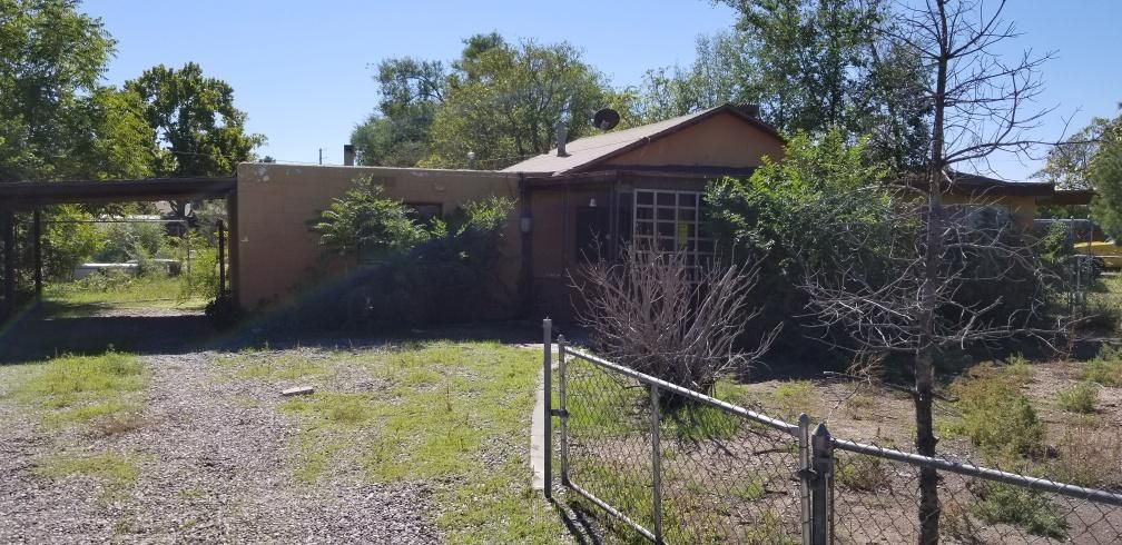 Come take a look at this great opportunity.  Charming fixer upper in the North Valley. Home needs work dated in all areas but priced accordingly. Nice large fenced lot.  Come take a look!