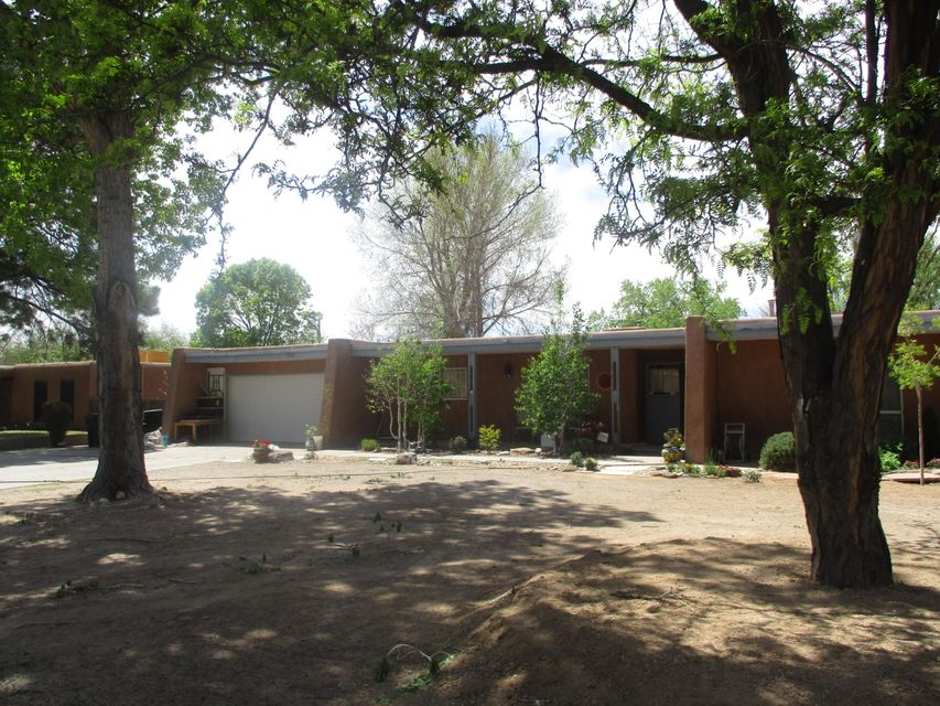 Investor opportunity! Just drive down this tree lined street and it is hard to imagine you are not dreaming. This  home in the far North Valley has an endless amount of opportunity to add personal touches! Featuring 2 living areas, 2 car attached garage, work space Aggressively priced to sell quickly. Don't miss out on this great deal!