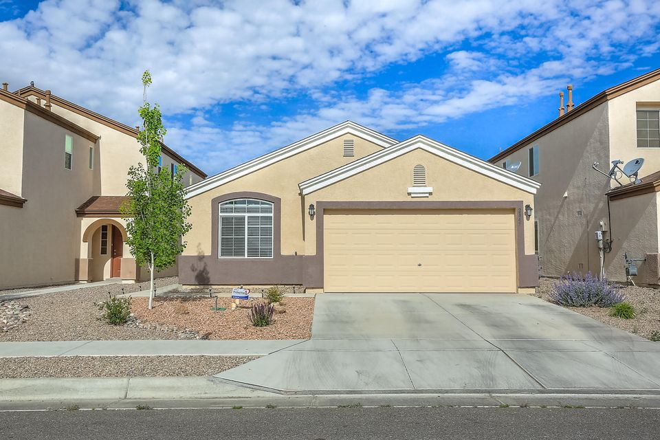 Single story home in Arrowwood Hills. Home Features - Great room, kitchen with raise panels cabinets and stainless steel appliances, master suite with double sinks, garden tuba and separate shower and refrigerated A/C!