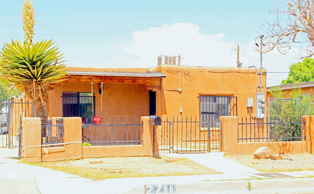 Great Investment opportunity! This property offers 2 Bedroom 1 bath house thats 955 sqft.Back bonus house, workshop is 1,600 sqft. Needs a complete build out.*2 bedroom 1 bath house is currently rented for $800.00 month plus utilities.