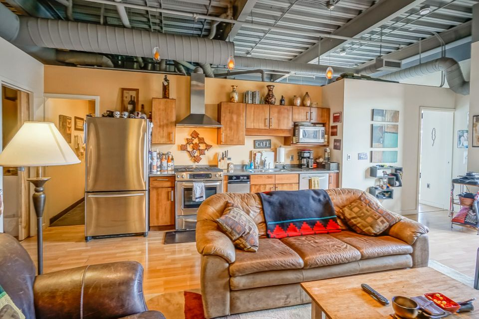 This 2 bed, 2 bath condo loft is located in the heart of Downtown Albuquerque. Minutes to hospitals, UNM, Kirtland AFB, Old Town, and the new ART transit. Easy access to Alvarado Train station and The Silver Street Market grocery store. Stainless appliances. Washer/Dryer included. Blackout shades for privacy.