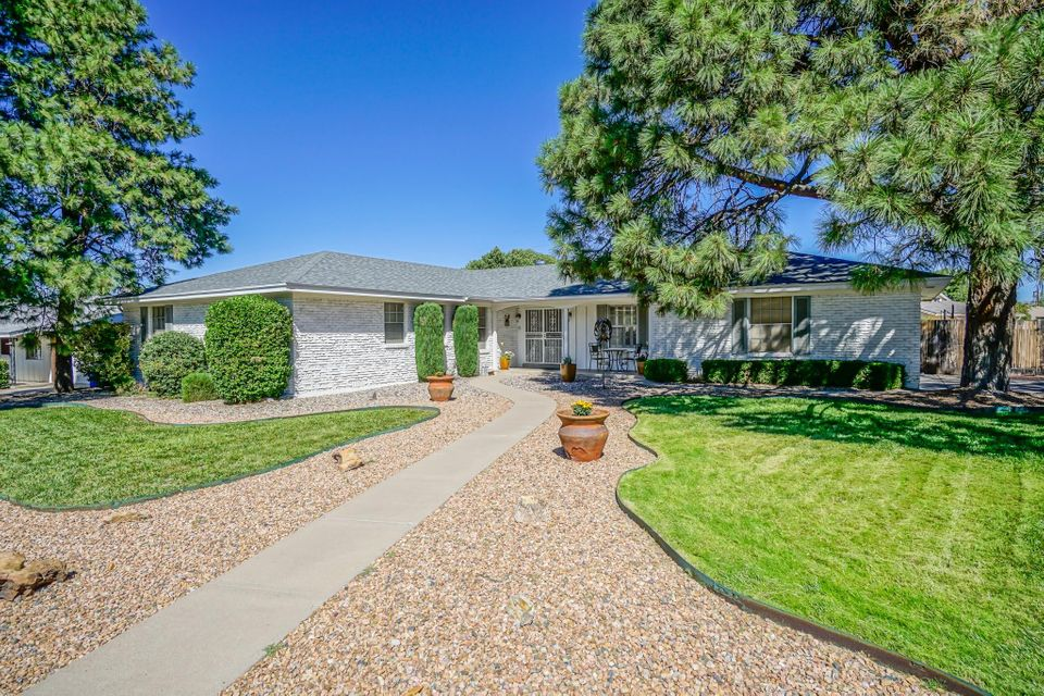 Come Enjoy This Beautifully Maintained Mossman Home Complete With A New Roof, Brick Veneer And A Private Pool For Fun And Entertainment.  This Large Home Has 4 Generously Sized Bedrooms, 3 Bathrooms, Two Family Rooms And An Efficiently Designed Kitchen To Make Everyday Living A Breeze.  Don't Forget To Take The Virtual Tour!