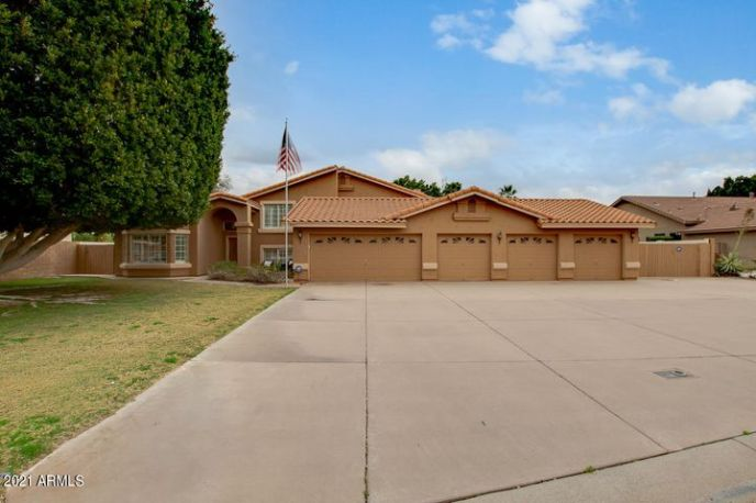 Welcome Home! 5 bay Temperature controlled garage with bathroom, NO HOA, & 10ft RV gate!!!