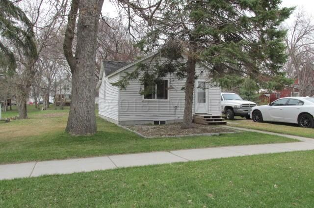 This a great starter home perfect for a single or a couple! Vinyl siding, new water heater,And new flooring in the kitchen.  Nice big back yard with a workshop, and more storage.