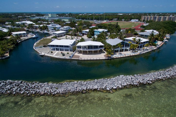 Direct ocean access with deep water channel access to bay through Tavernier Creek