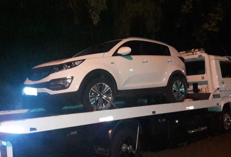 Após tentativa de fuga, suspeitos são flagrados em carro adulterado
