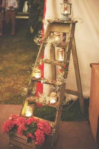 Escada de madeira decorada em casamento. Imagem Pinterest via Noiva Carioca